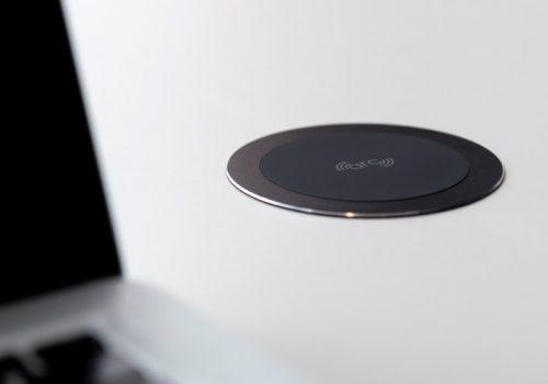 arc80-wireless-charger-desk-black-macbook
